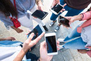 En gruppe venner der alle bruker mobil